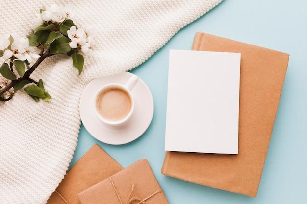 Чашка кофе с поздравительной открыткой и подарком