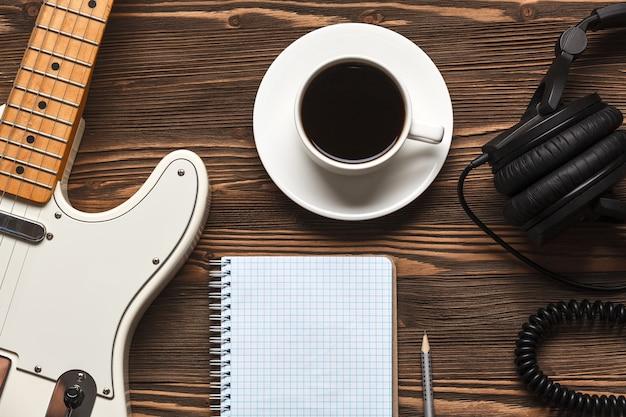 Чашка кофе с гитарой и наушниками