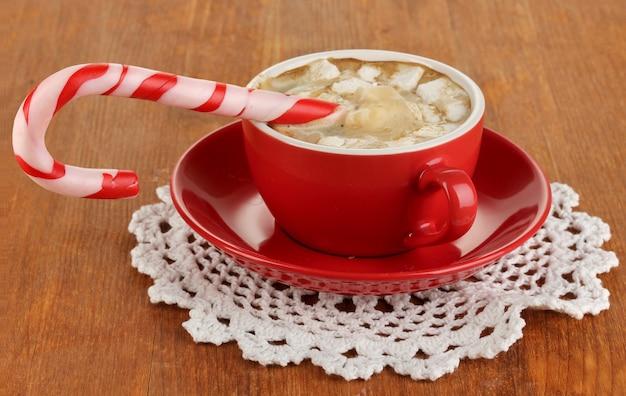 木製のテーブルのクローズアップに休日のお菓子とコーヒーのカップ