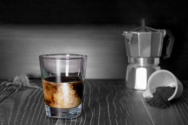 Чашка кофе со льдом. черно-белый фон.