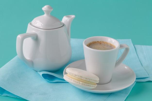 マカロンとコーヒーのカップ