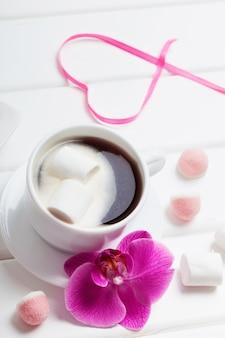 Чашка кофе с зефиром на день святого валентина