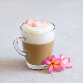 バレンタインデーのマシュマロハートとコーヒーのカップ。