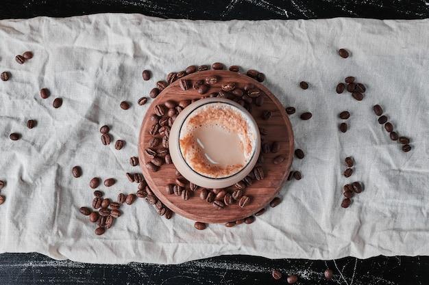 牛乳と豆とコーヒーのカップ。
