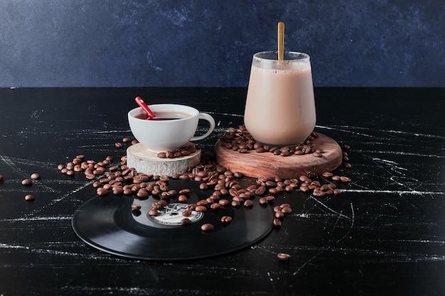 牛乳とシナモンとコーヒーのカップ。