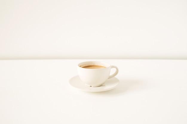흰색 테이블에 우유와 커피 한잔