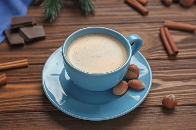 木製のテーブルにナッツとコーヒーのカップ
