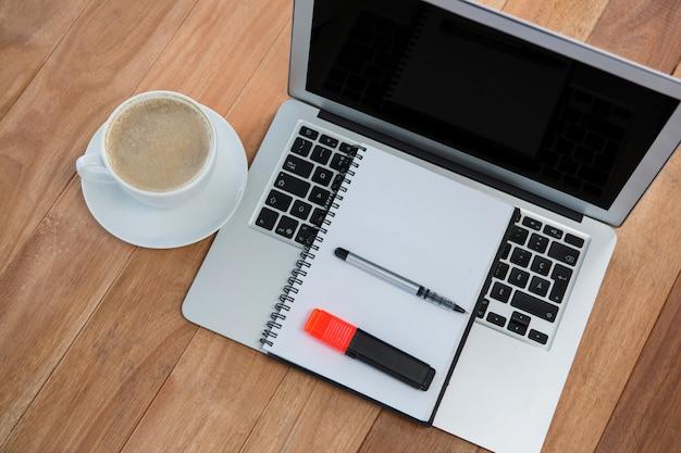 オーガナイザーとラップトップとコーヒーのカップ