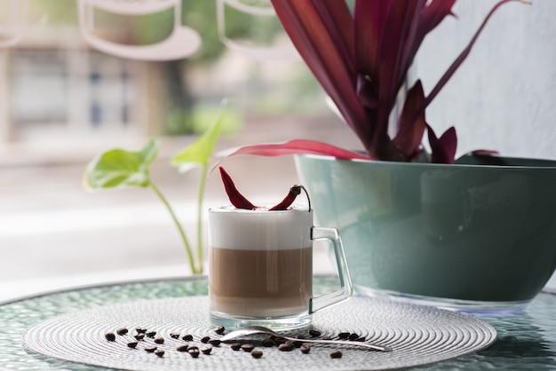 カフェテリアのコーヒーテーブルにコショウとコーヒーのカップ