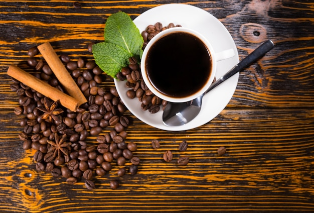 ロースト豆とスパイスとコーヒーのカップ