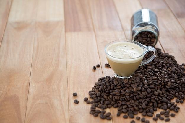 焙煎したコーヒー豆とコーヒーのカップ