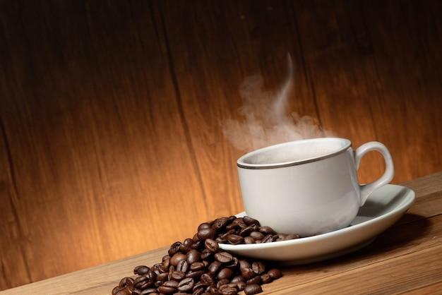 Чашка кофе с дымом и фасолью