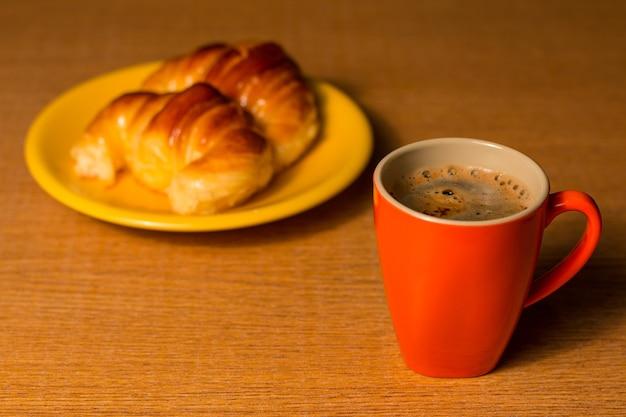 Чашка кофе с круассанами. выборочный фокус.