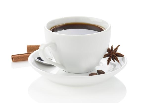 향신료와 콩 흰색 배경에 고립 된 커피 한잔
