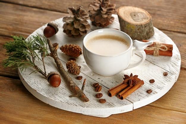Чашка кофе с сахаром и корицей на деревянной циновке с белой поверхностью