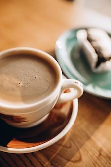 Чашка кофе со сладким десертом