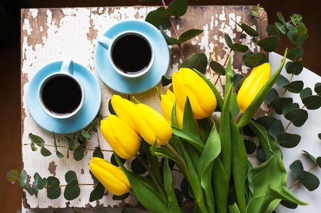Чашка кофе с тюльпанами