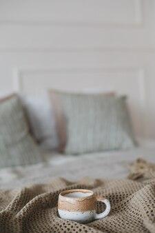温かい格子縞のコーヒーとベッドでの朝食