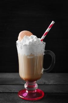 ホイップクリームとマカロンとコーヒーのカップ