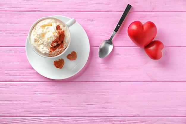 나무 색상에 휘 핑된 크림과 붉은 마음으로 커피 한잔