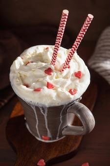 ホイップクリームと赤いハートのコーヒーカップ