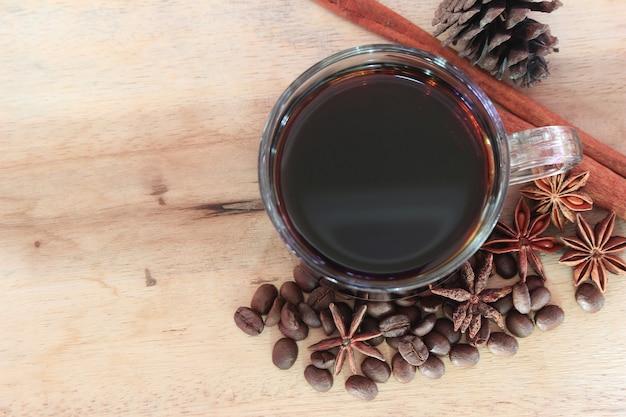 나무 배경에 계 피와 스타 아니 스와 커피 한잔