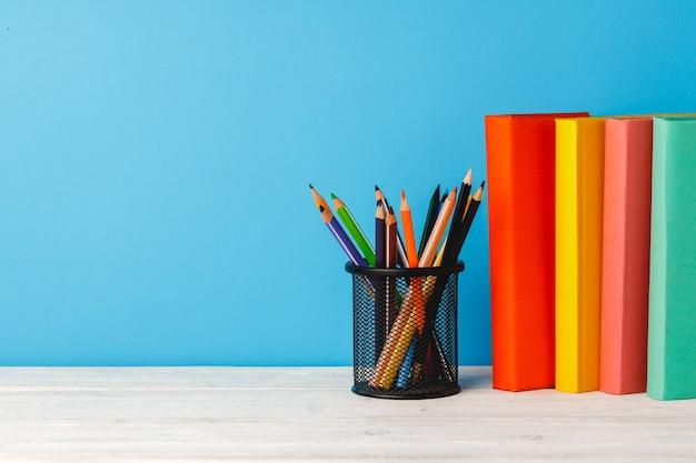 컬러 연필 컵과 테이블에도 서의 스택 프리미엄 사진