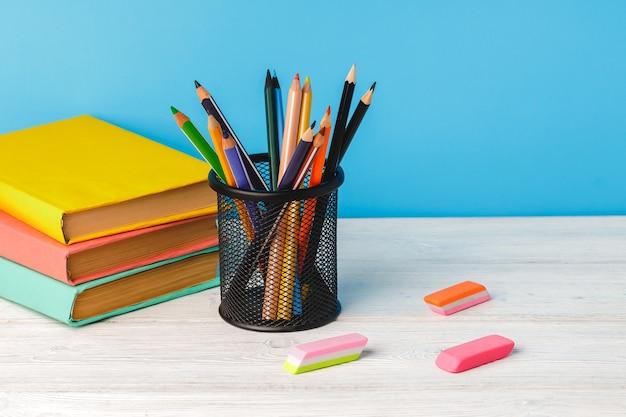 컬러 연필 컵과 테이블에도 서의 스택