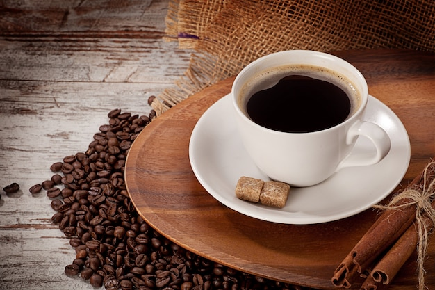 Чашка кофе на деревянном подносе