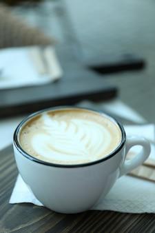 레스토랑에서 야외 나무 테이블에 맛있는 커피 한잔