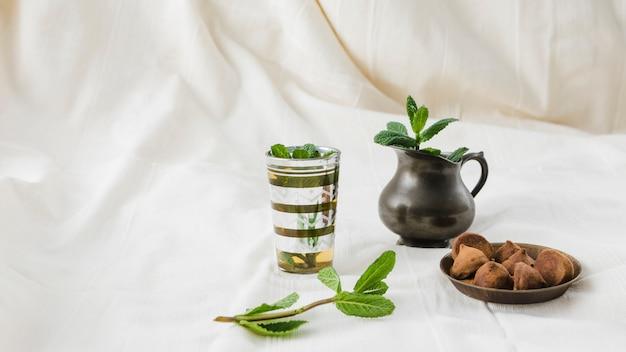 투수와 송로 버섯 근처 음료 컵