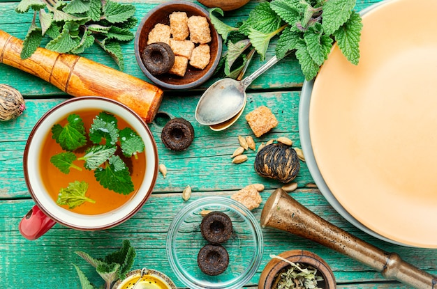 Чашка свежего травяного чая с мелиссой. свежий натуральный травяной чай