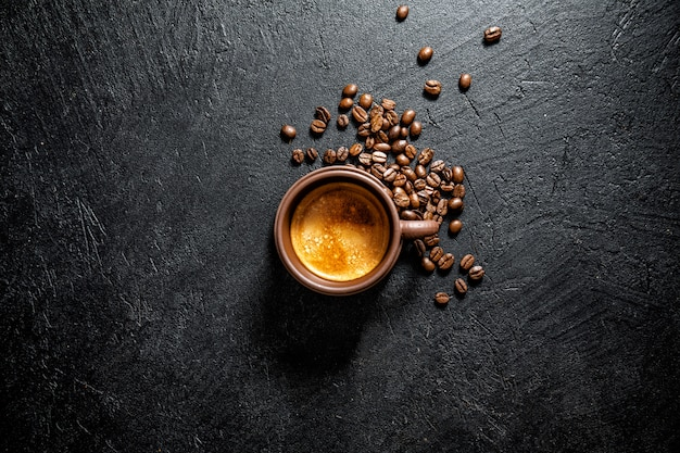 신선한 만든 커피 한잔 컵에 제공
