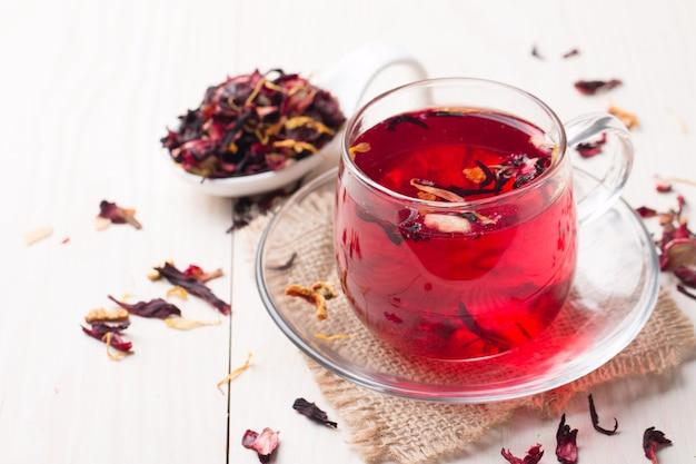 Чашка свежего красного чая