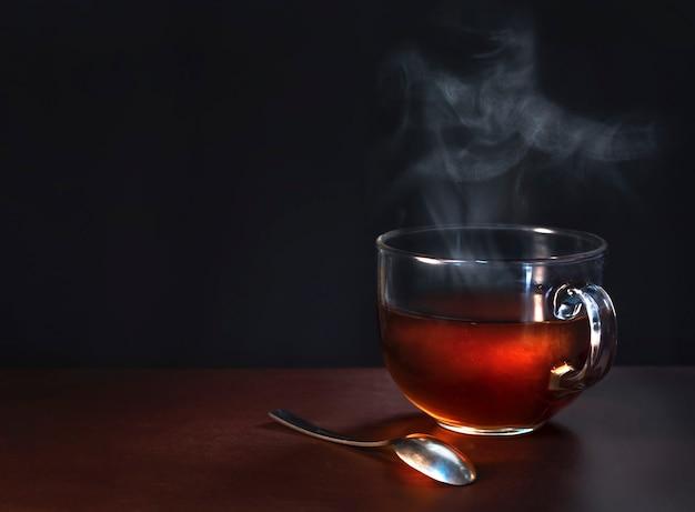 Чашка свежесваренного черного чая