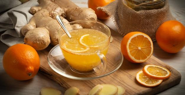 Чашка имбирного чая с медом и лимоном на деревянном столе, натюрморт, крупным планом, виньетка, баннер, горизонтальная ориентация