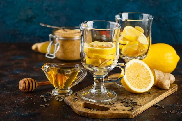 蜂蜜とレモンとジンジャーティーのカップ