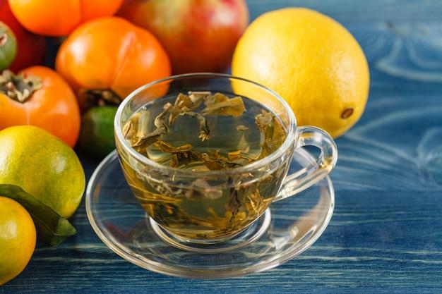 緑茶とレモンの素朴な木製のテーブルのカップ