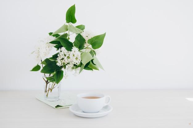白いテーブルに緑茶のコップ