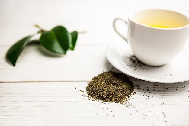 Чашка травяного чая на столе