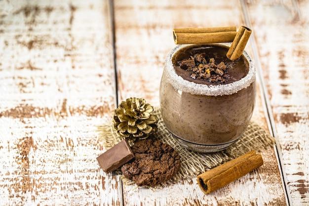 自家製ホットチョコレートのカップ、砂糖とシナモン、クリスマスまたは冬の飲み物