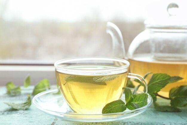 창틀에 레몬 밤과 뜨거운 향기로운 차 한잔
