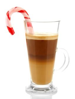 白で隔離のクリスマスキャンディーとホットカカオのカップ