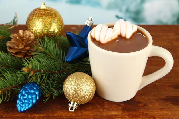 Чашка горячего какао с рождественскими украшениями на столе