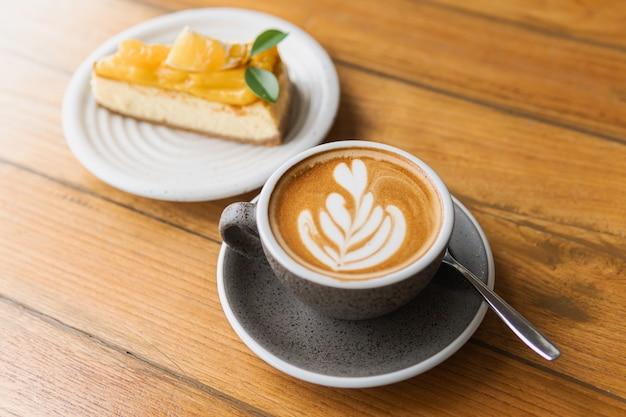 나무 책상에 뜨거운 카푸치노 커피 한잔