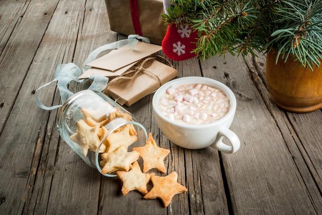 星の形をしたホットチョコレートとジンジャーブレッドのカップ
