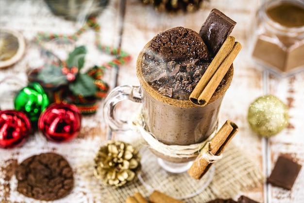 ホイップクリーム、マシュマロ、ココアケーキを添えたホットチョコレートのカップ。冬と秋。クリスマスドリンク