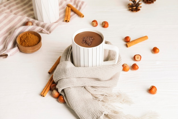 白い木製のテーブルの上のホットチョコレートのカップ