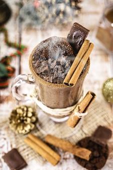 Чашка горячего шоколада с рождественской тематикой, типичный напиток на праздники. сделайте акцент на корице