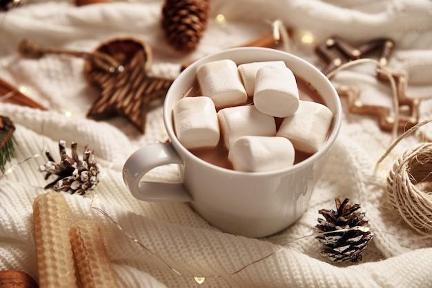 マシュマロとクリスマスの装飾が施されたホットチョコレートのカップ。